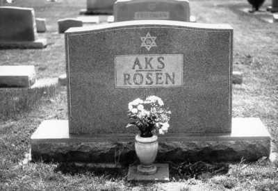 Leah et Frank Aks : une mère et son bébé séparés  Aks_pf_grave
